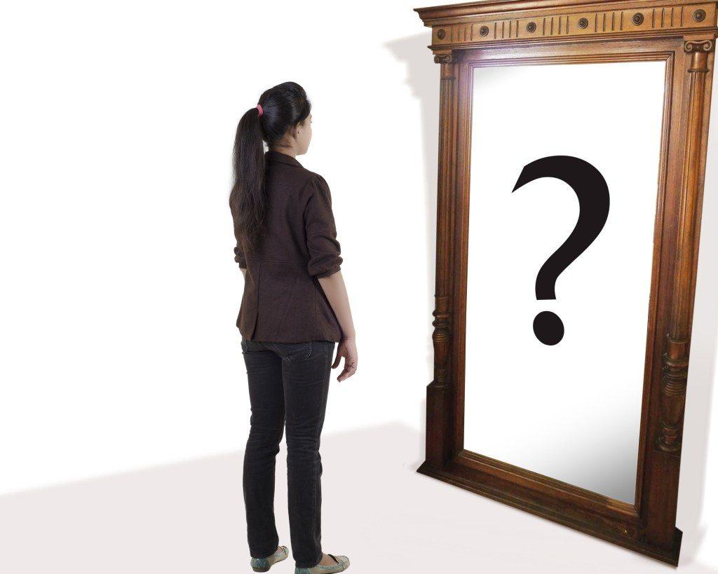 Человек не видит себя в зеркале