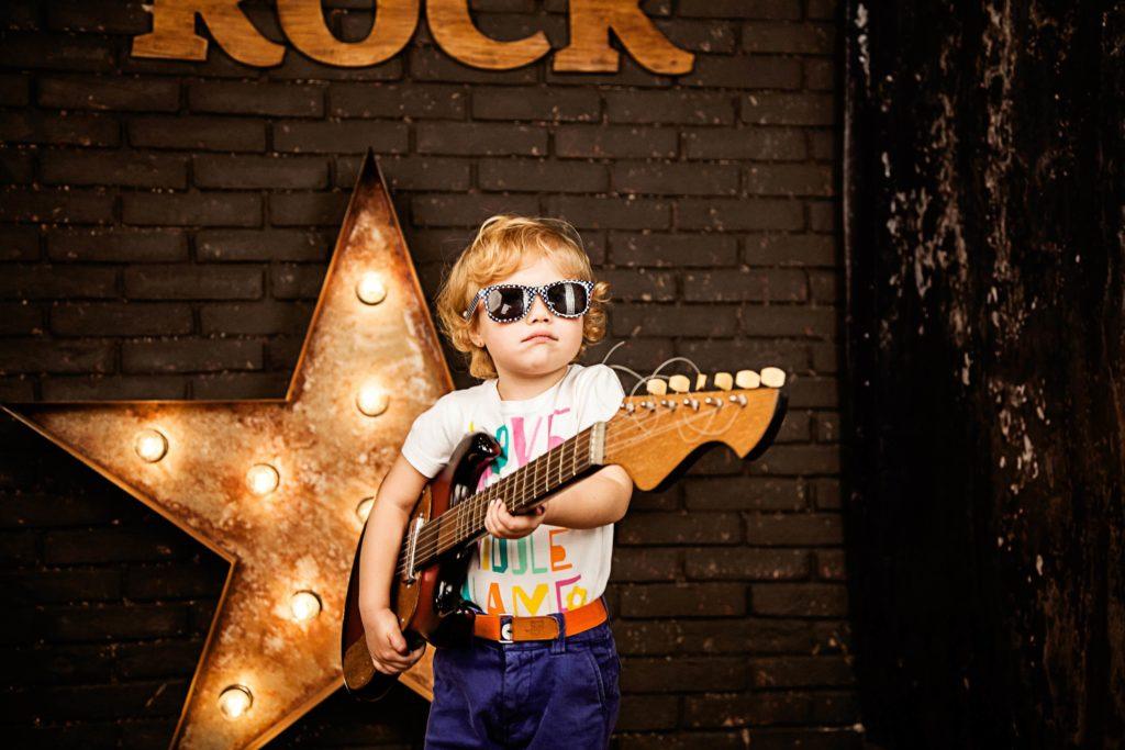 Мальчик на сцене