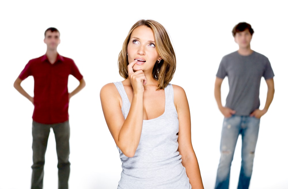 Женщина выбирает из 2 мужчин